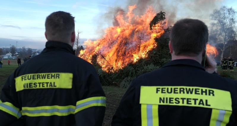 niestetal weihnachtsbaum feuerwehr 09012016